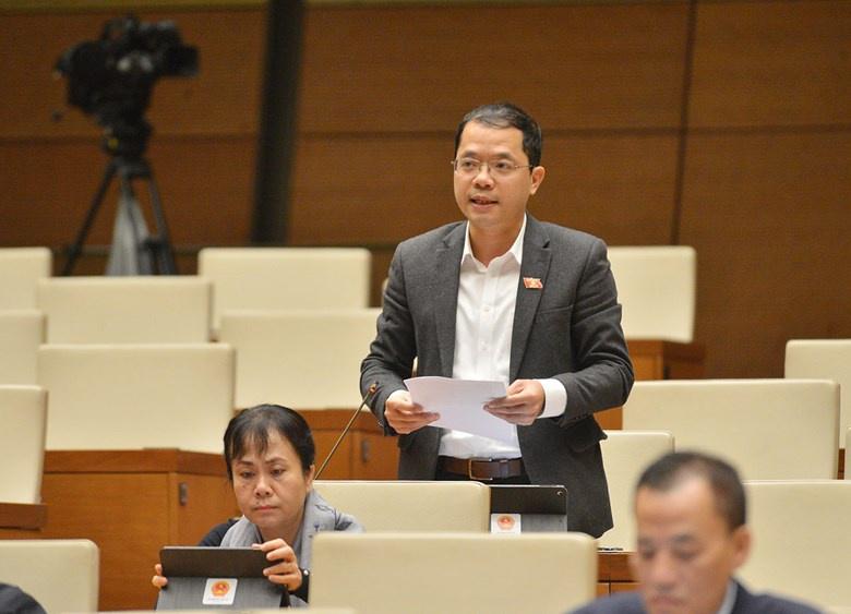 Đại biểu Đinh Công Sỹ (Sơn La) nhắc đến nhiều lợi ích của việc bỏ sổ hộ khẩu. Ảnh: Quốc hội.