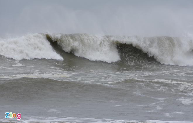 Chiều 14/11, sóng lớn cao đến 6 m xuất hiện ở vùng biển xã Bình Hải, huyện Bình Sơn (Quảng Ngãi). Ảnh: Minh Hoàng.