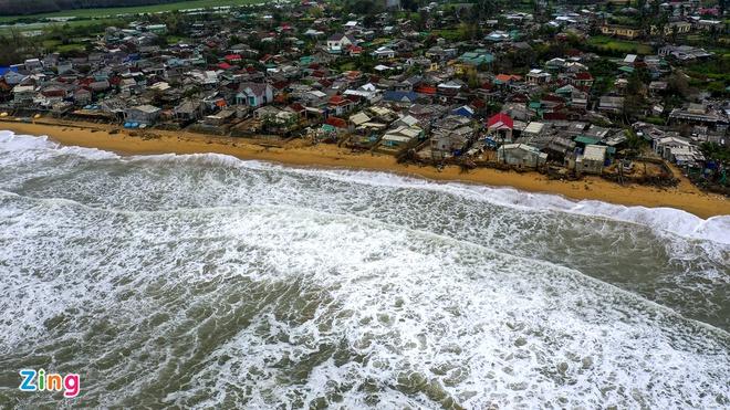 Ảnh hưởng bão số 13, sóng lớn dâng cao.