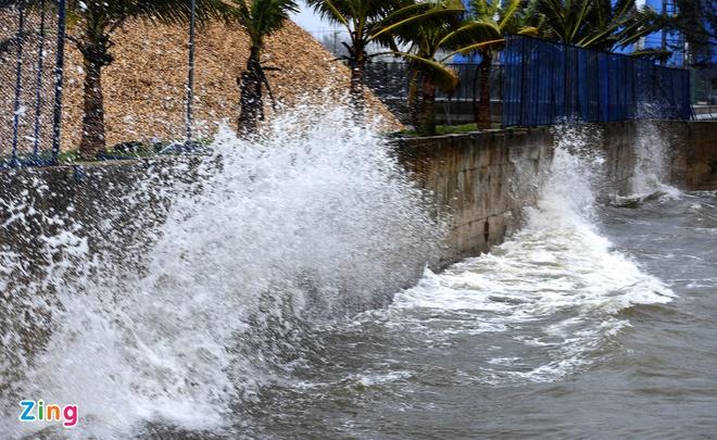 Biển động dư dội, những cột sóng lớn liên tục va đập vào thành cảng Dung Quất. Ảnh: Minh Hoàng.
