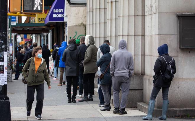 Người dân xếp hàng chờ xét nghiệm COVID-19 tại New York, Mỹ, ngày 12/11/2020. Ảnh: THX/TTXVN