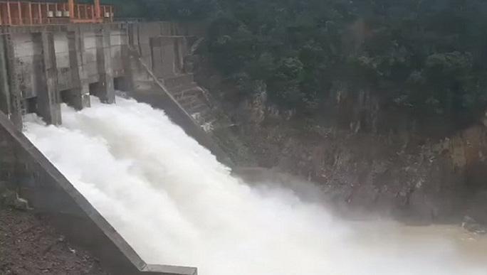 Thủy điện Thượng Nhật vào chiều ngày 14/11 đã mở 5 van để nước tràn tự nhiên.