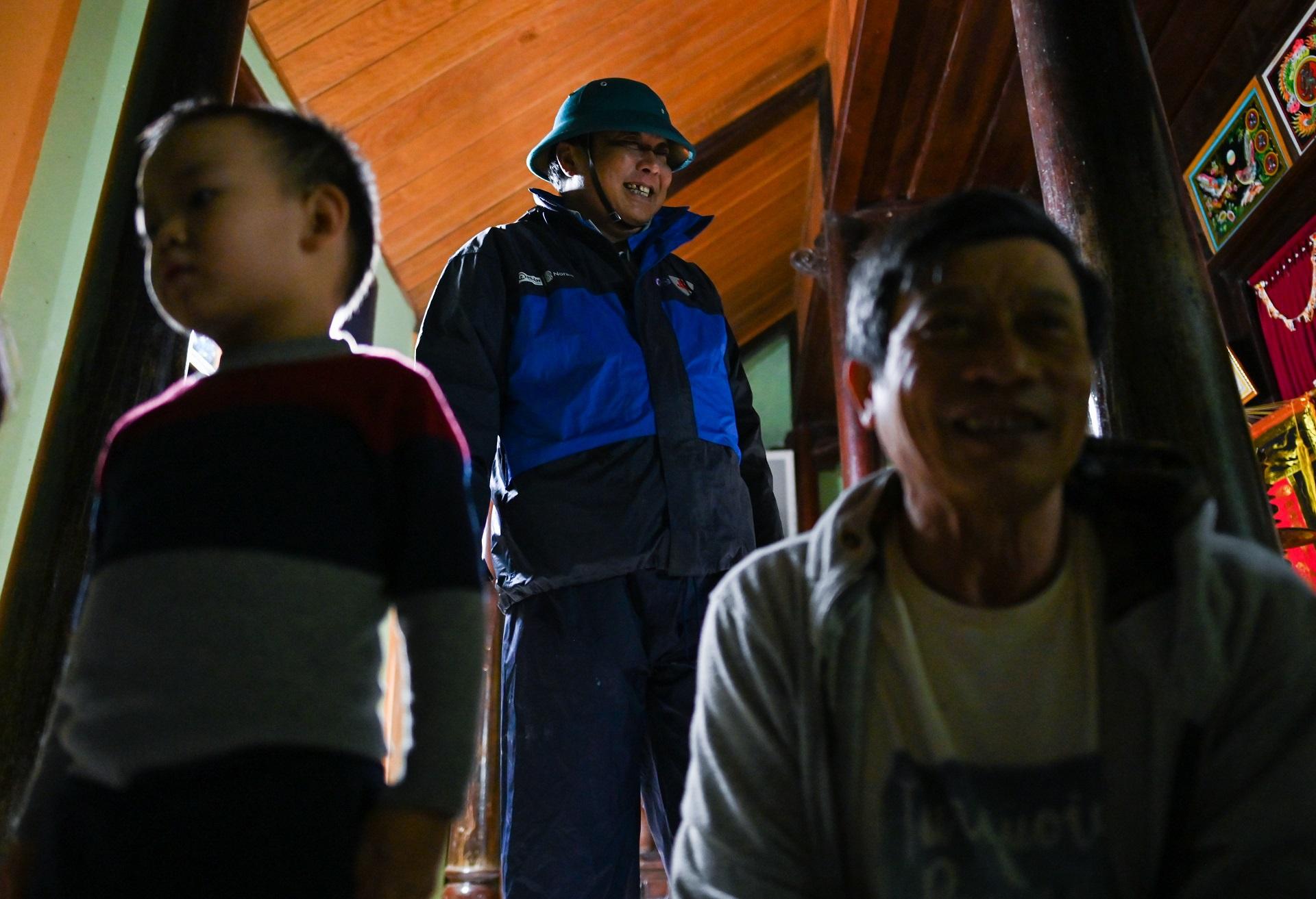 Ông Lê Anh Quyết, Chủ tịch UBND xã An Thủy (huyện Lệ Thủy, ở giữa) kiểm tra chỗ trú tránh của người dân. Ảnh: Việt Linh.