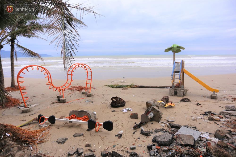 Sóng biển và gió bão cũng khiến nhiều hạng mục vui chơi của thiếu nhi dọc các bãi biển Đà Nẵng bị hư hỏng hoàn toàn.