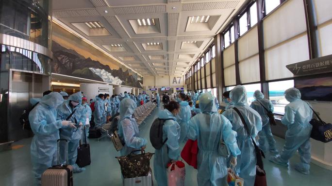 Công dân Việt Nam tại Đài Loan (Trung Quốc) chuẩn bị lên máy bay về nước - Ảnh do Bộ Ngoại giao cung cấp.