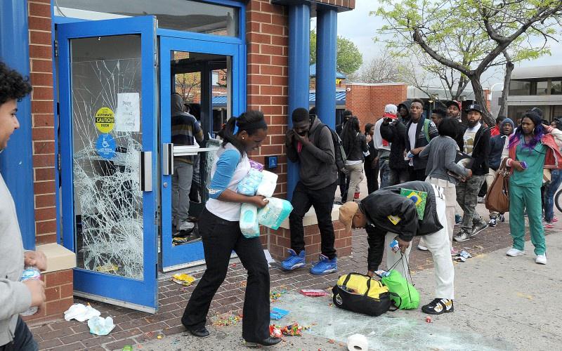 Cướp bóc xảy ra trong các cuộc biểu tình Black Lives Matter. Ảnh: Reuters.