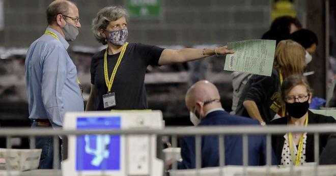 Các nhân viên kiểm phiếu xử lý số phiếu bầu vắng mặt và phiếu bầu qua thư còn lại ở Pittsburgh, Pennsylvania. Ảnh: AP.