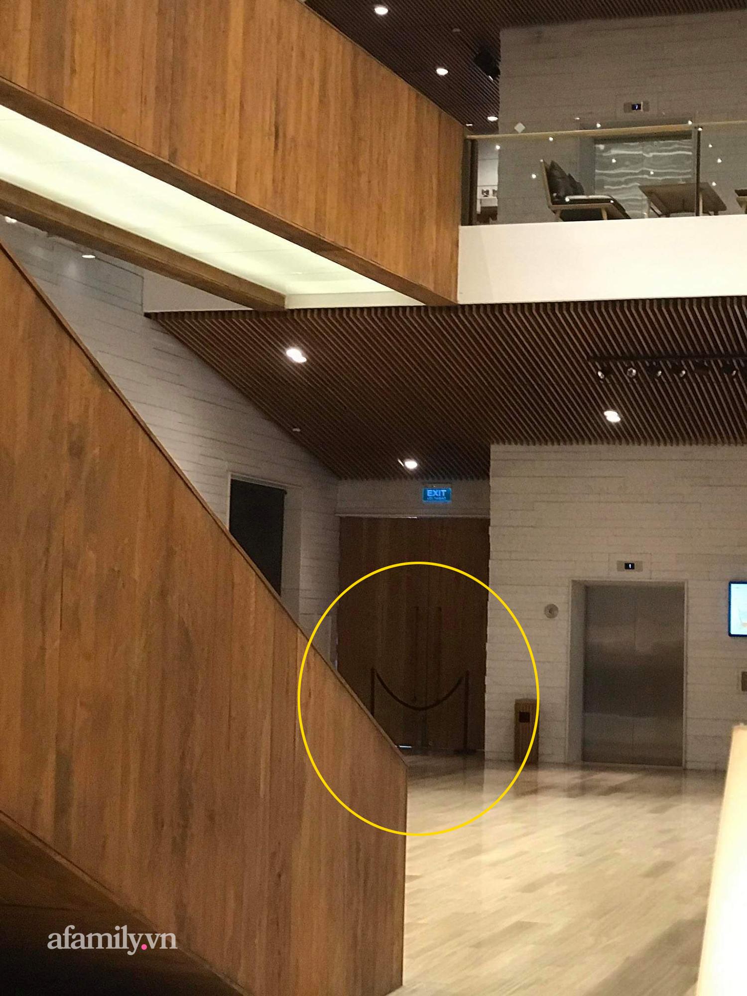 Lối lên tầng 5 khu vực tổ chức lễ cưới đều được chặn tất cả để thống nhất một lối đi riêng.