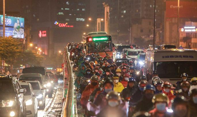 Cơn mưa kéo dài đến giờ tan tầm khiến người dân chật vật trong việc di chuyển.