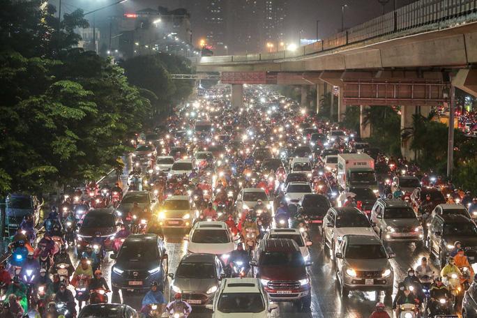 Đến khi phố lên đèn vào khoảng 18 giờ 30, lượng người tham gia giao thông mỗi lúc một nhiều khiến đường Nguyễn Trãi ùn tắc kéo dài.