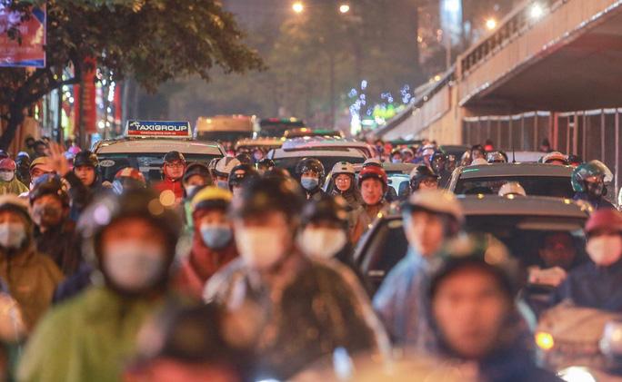 """Càng về chiều muộn, những nơi vốn được coi là """"điểm nóng"""" về giao thông lại càng thêm ùn tắc."""