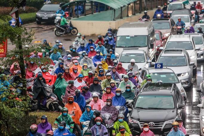 Nhiều người tham gia giao thông di chuyển lên vỉa hè.