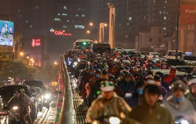 Lượng người tham gia giao thông đông đúc gây ùn tắc cục bộ trên cầu vượt Ngã Tư Sở, hướng Tây Sơn - Nguyễn Trãi.