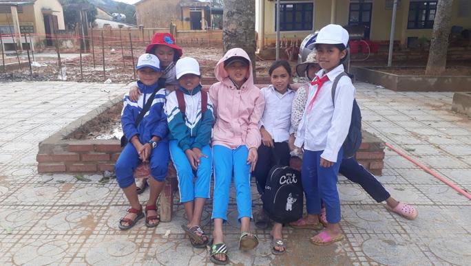 Học sinh trường Tiểu học và Trung học cơ sở Hướng Việt