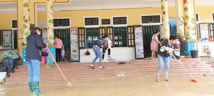 Giáo viên trường Mầm non Hướng Việt tranh thủ phút nghỉ giải lao dọn dẹp trường lớp