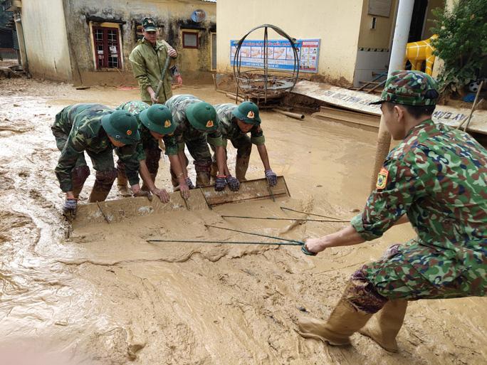 Dọn dẹp bùn ở trường Mầm non Hướng Việt