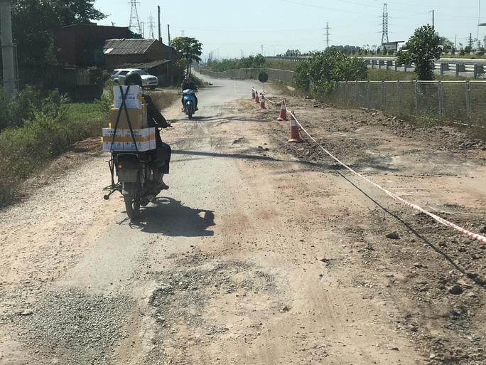 Theo Công ty CP BOT Bắc Giang - Lạng Sơn, từ ngày 1/10 đến ngày 15/10 và mới đây nhất là ngày 13/11, đã có gần 100 chuyến xe tải nặng chạy qua tuyến đường gom và làm hỏng đường.