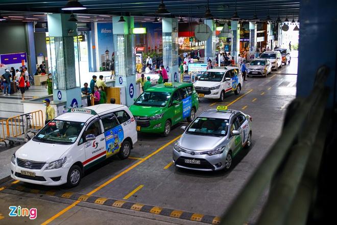 Làn D nhà ga quốc nội Tân Sơn Nhất chỉ có các hãng taxi nhượng quyền được phép dừng đón khách. Ảnh: Quỳnh Danh.
