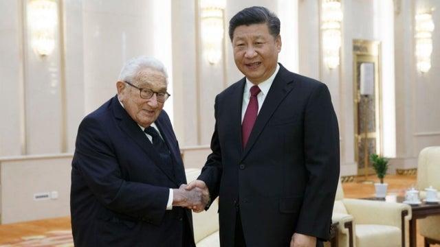Ông Kissinger (trái) và Chủ tịch Trung Quốc Tập Cận Bình. Ảnh: Getty.