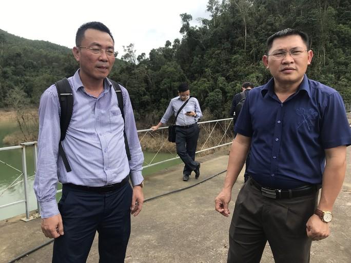 Ông Lê Văn Khoa (phải) trao đổi với ông Bảo tại đập thủy điện