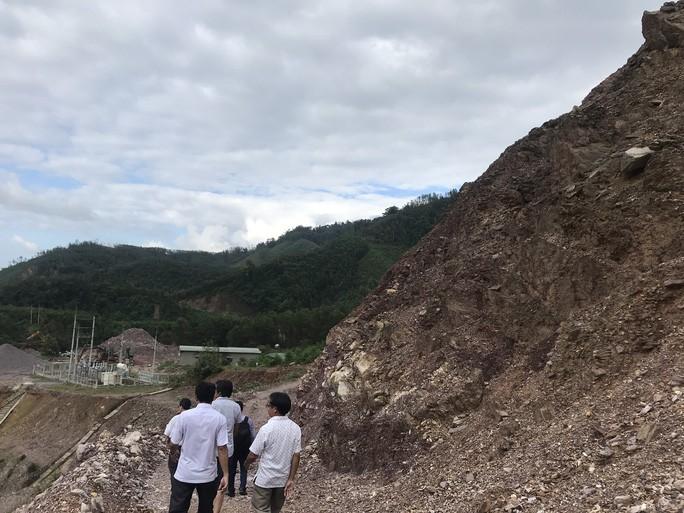 Vách núi trên đầu khu nhà điều hành rất dễ sạt lở.