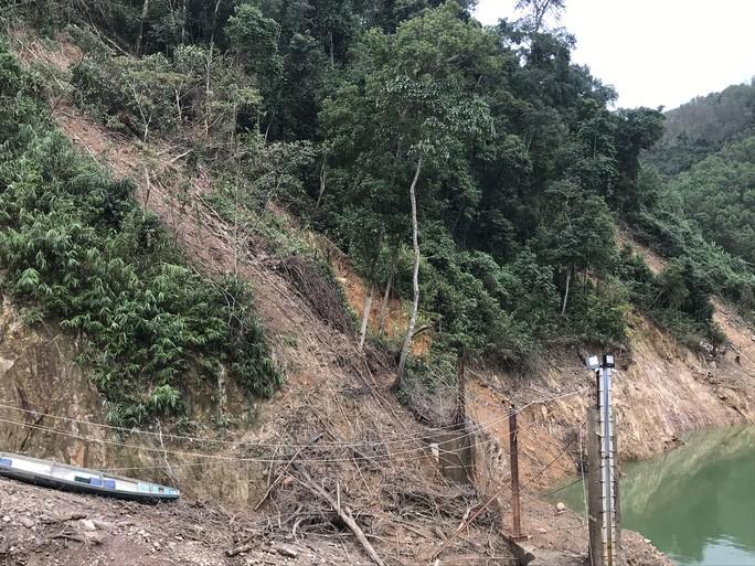 Vách núi vai phải đập thủy điện có điểm sạt lở, nguy cơ sạt lở rất lớn.