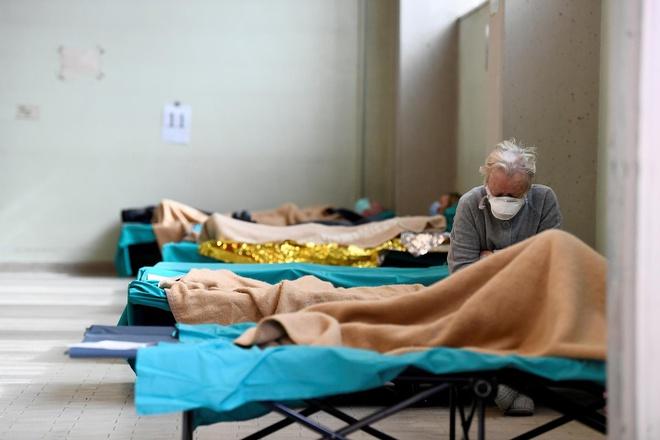 Một bệnh viện dã chiến điều trị bệnh nhân Covid-19 ở Italy trong giai đoạn cao điểm bùng phát dịch vào tháng 4. Ảnh: Reuters.