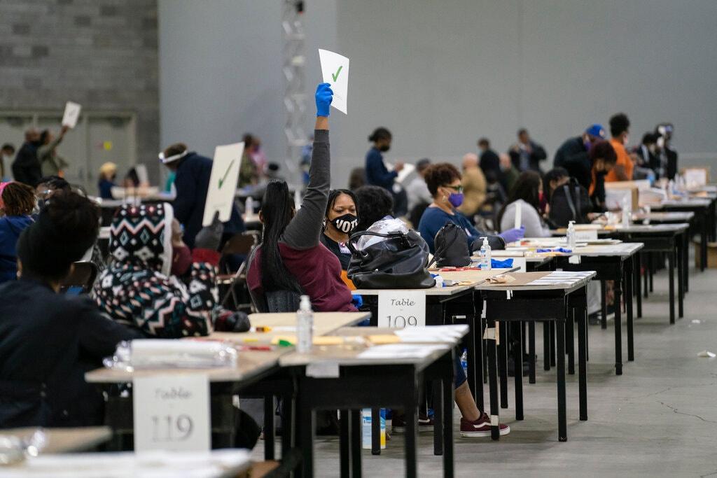 Georgia đang kiểm lại toàn bộ phiếu bầu bằng tay. Ảnh: New York Times.