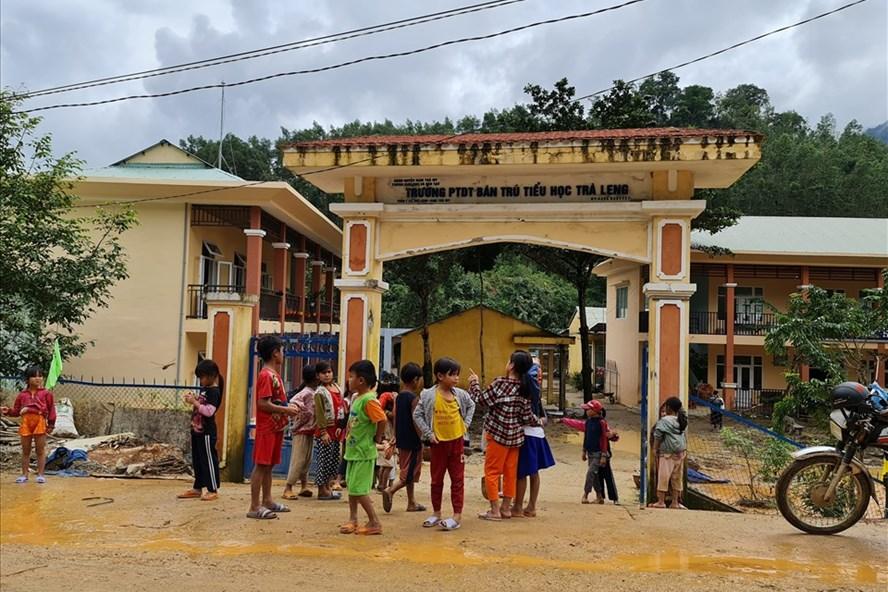 Những học sinh Trường PTDT Bán trú Tiểu học Trà Leng (xã Trà Leng, huyện Nam Trà My, tỉnh Quảng Nam) mong ngóng được đi học trở lại. Ảnh: Tường Minh.