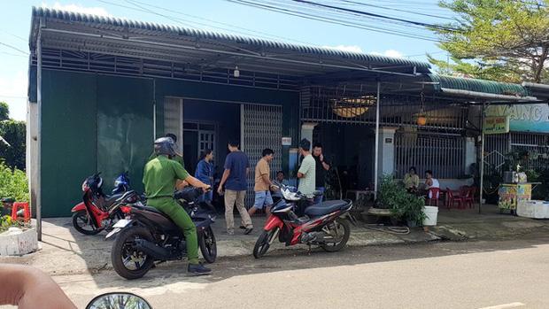 Cơ quan công an bảo vệ hiện trường tại ngôi nhà xảy ra vụ việc đau lòng (Ảnh: Báo Thanh Niên).