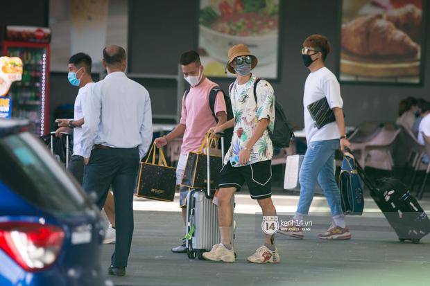Văn Toàn (ngoài cùng bên phải) nổi bật với outfit sặc sỡ và trên chân là đôi Chunky Sneakers nổi tiếng của Gucci, với giá hơn 20 triệu đồng.