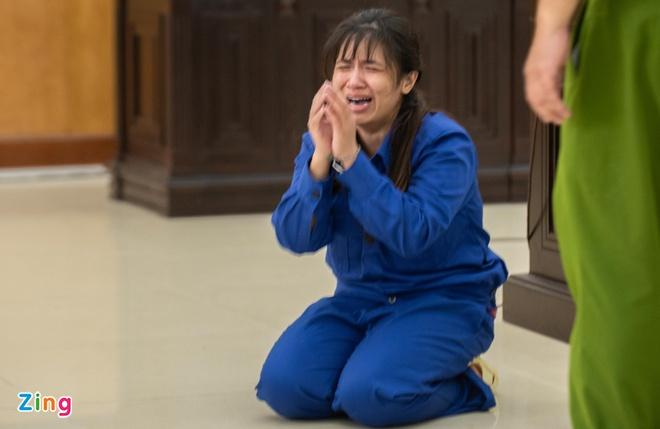 Lan Anh quỳ lạy mẹ đẻ đang ôm di ảnh cháu ngoại. Ảnh: Hải Nam.
