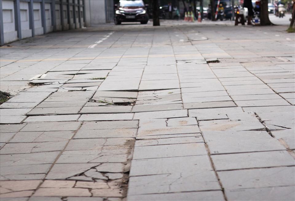 Vỉa hè đoạn đường Trung Kính (Cầu Giấy) đá lát đã xuất hiện vỡ, nứt. Ảnh: V.Đức.