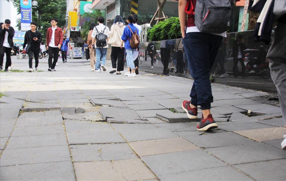 Các viên đá lát vỉa hè đường Nguyễn Chí Thanh đã nứt nẻ, gập ghềnh sau thời gian ngắn sử dụng. Ảnh: Kim Anh.