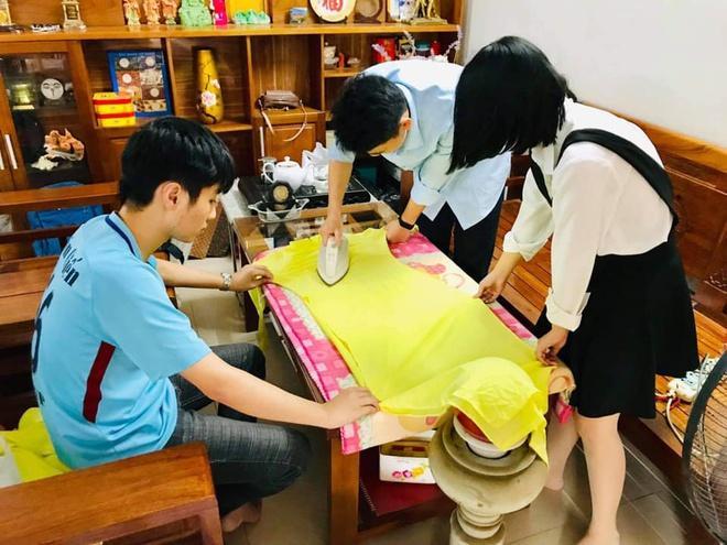 Những tấm áo được giặt, là cẩn thận trước khi trao tặng các cô giáo ở vùng lũ. Ảnh: Chung Le.