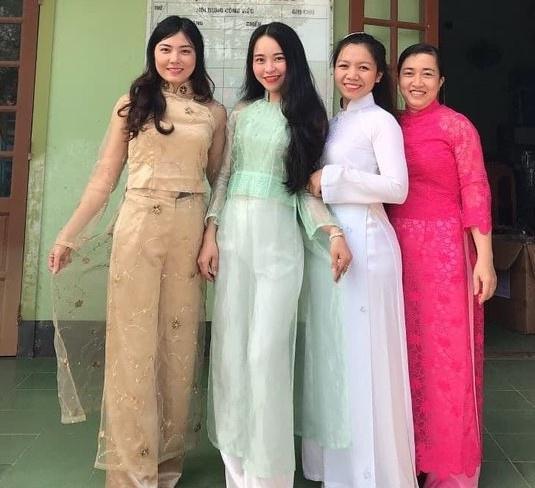 Các cô giáo ở huyện Triệu Phong (Quảng Trị) trong tà áo dài. Ảnh: Chung Le.