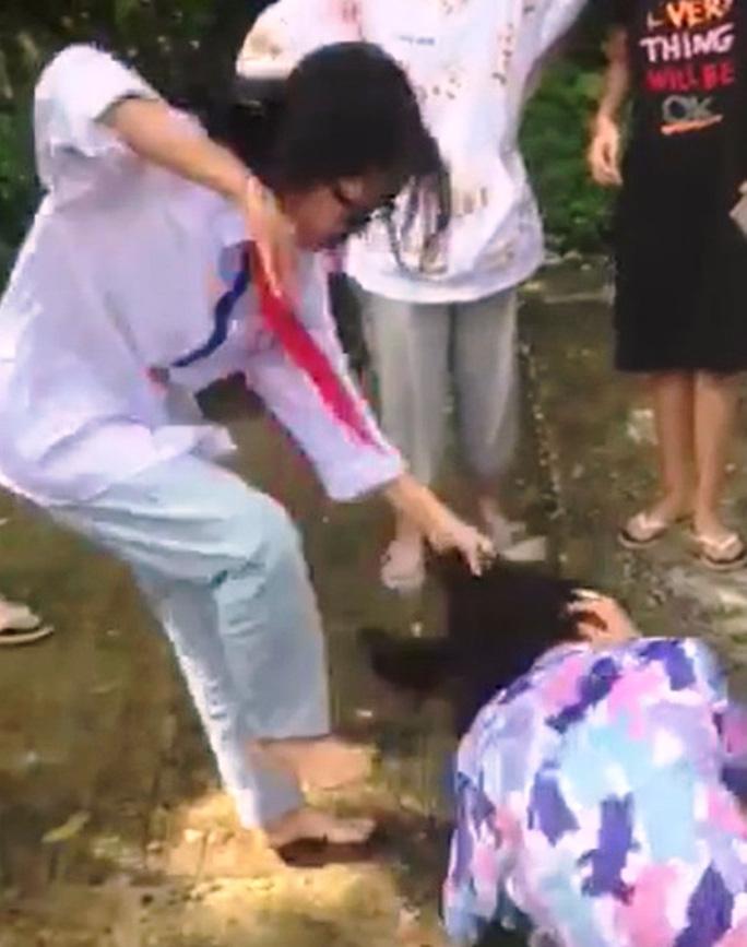 Hình ảnh nữ sinh bị bạn đánh gây bức xúc dư luận