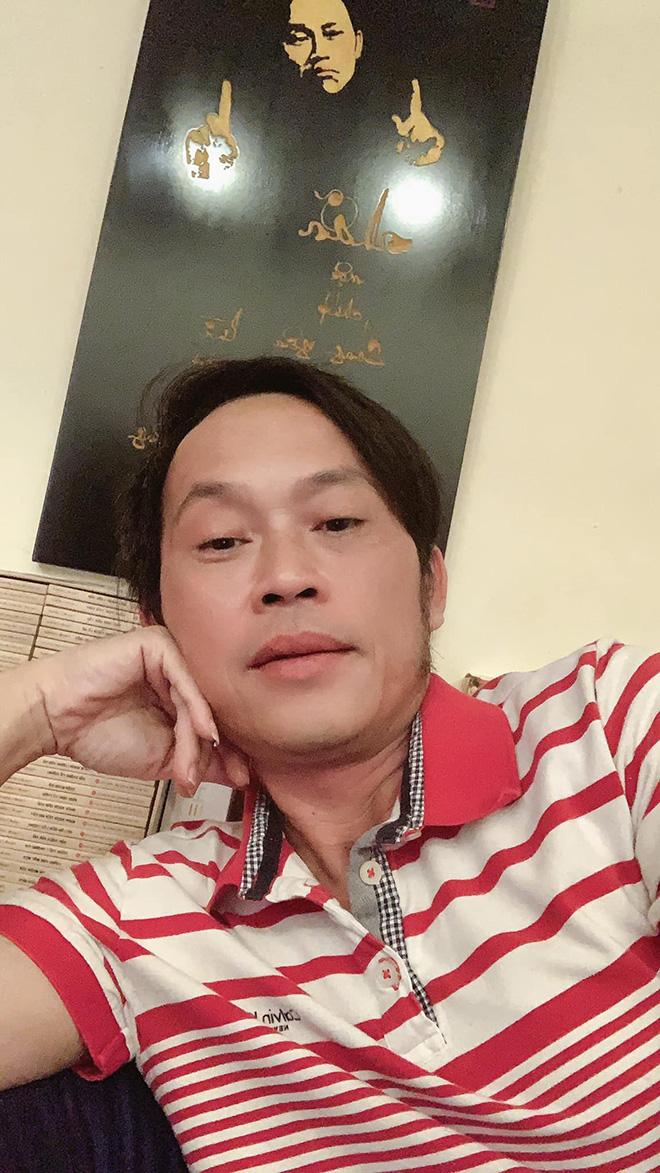 Hoài Linh chia sẻ hình ảnh mặc chiếc áo cũ đã 5 năm.