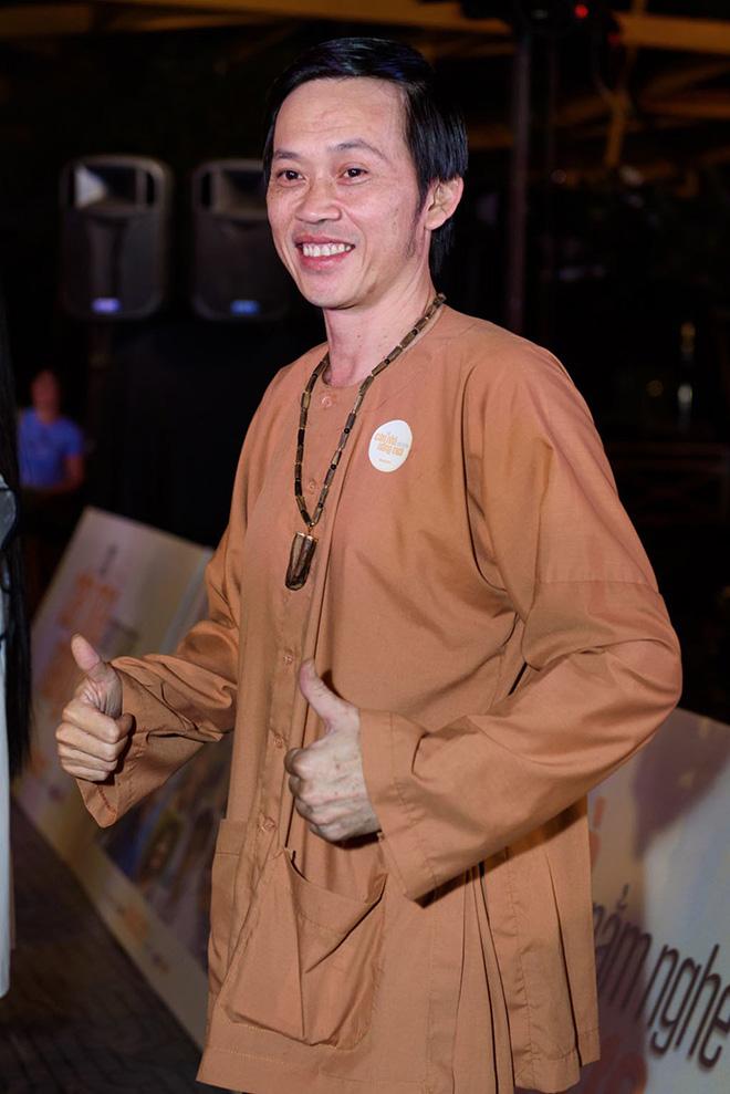 Hoài Linh thường chọn mặc trang phục bình dân khi xuất hiện trước đám đông.