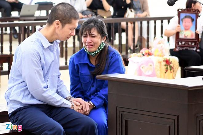 Nguyễn Minh Tuấn và Nguyễn Thị Lan Anh bật khóc trước khi tòa tuyên án. Ảnh: H.N.