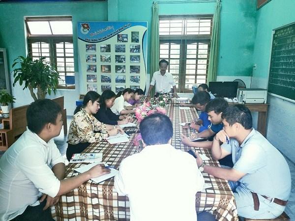 Cuộc họp khẩn của Ban giám hiệu nhà trường với các thầy cô để đưa các em về bản, nơi xảy ra sạt lở đất.