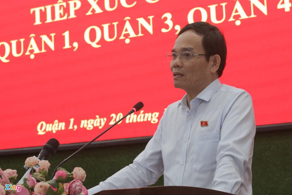Phó bí thư Thành ủy TP.HCM Trần Lưu Quang trả lời chất vấn cử tri. Ảnh: Thu Hằng.