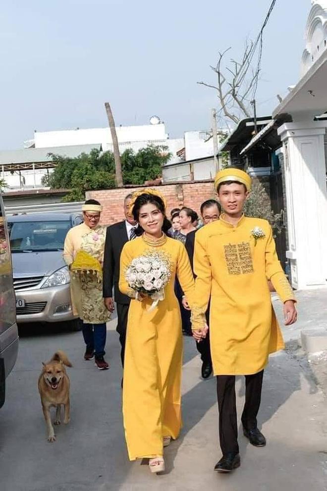 Chú chó hớn hở chụp ảnh cùng cô dâu (Ảnh: FB Phương Quang)