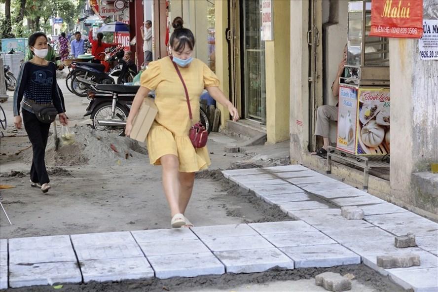 Thi công lát đá vỉa hè trên phố Huế (quận Hai Bà Trưng). Ảnh: V.Đ.