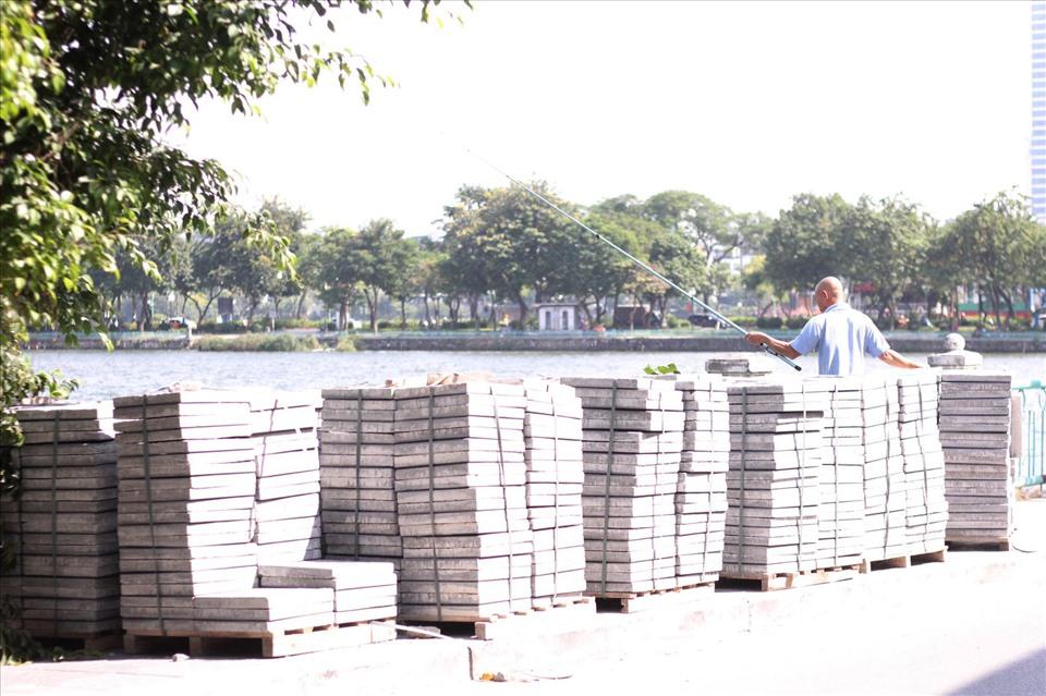 Đá lát vỉa hè trên đường Nguyễn Đình Thi, quận Tây Hồ. Ảnh: V.Đ