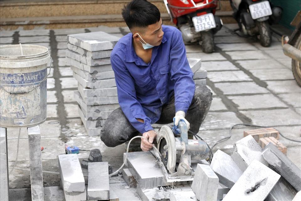 Công nhân đang thi công trên vỉa hè trên phố Huế. Ảnh: V.Đ