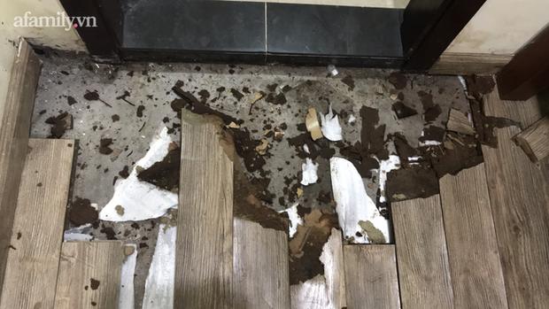 Sàn gỗ của một căn hộ bị hư hỏng nặng.