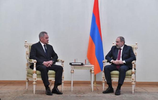 Ảnh tại cuộc tiếp kiến Bộ trưởng Quốc phòng Nga Sergei Shoigu của Thủ tướng Armenia Nikol Pashiyan.
