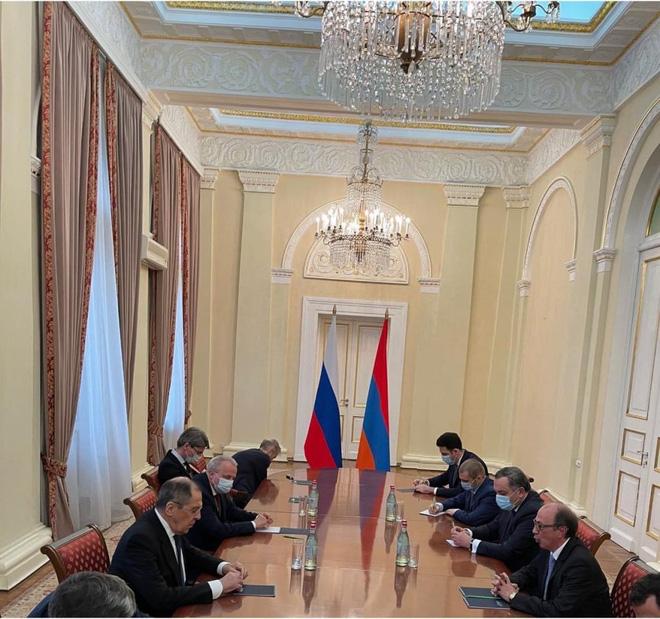Cờ Nga đã nhanh chóng được thêm vào trong các buổi họp sau đó.