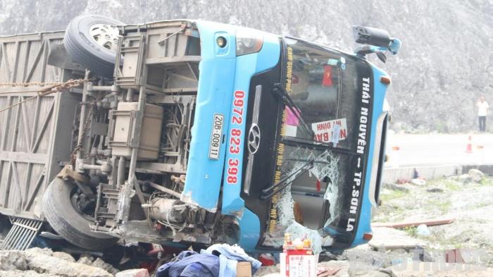 Xe khách gặp tai nạn trên QL6